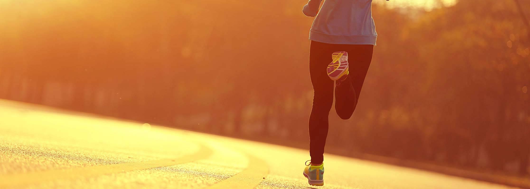 Frau beim Laufen auf einer Straße, Sportmanagement & Fitness studieren an der TRIAGON Akademie