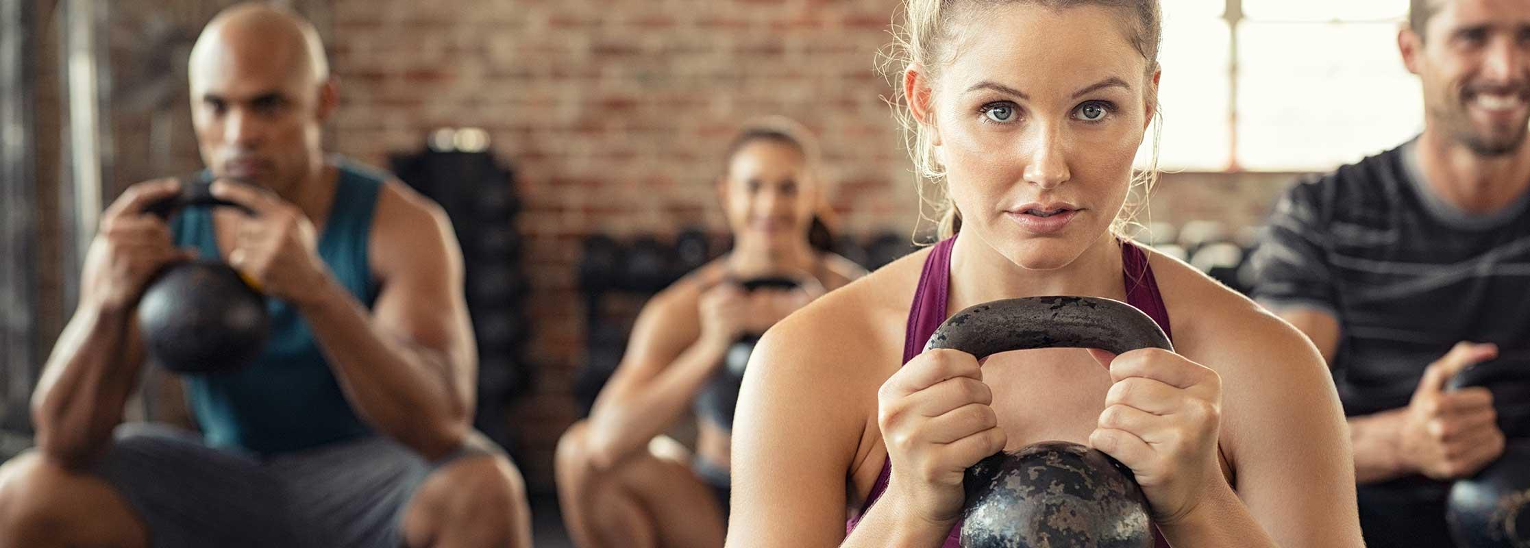 Athletin misst ihre Herzfrequenz, Sportwissenschaft und Fitness studieren an der TRIAGON Akademie