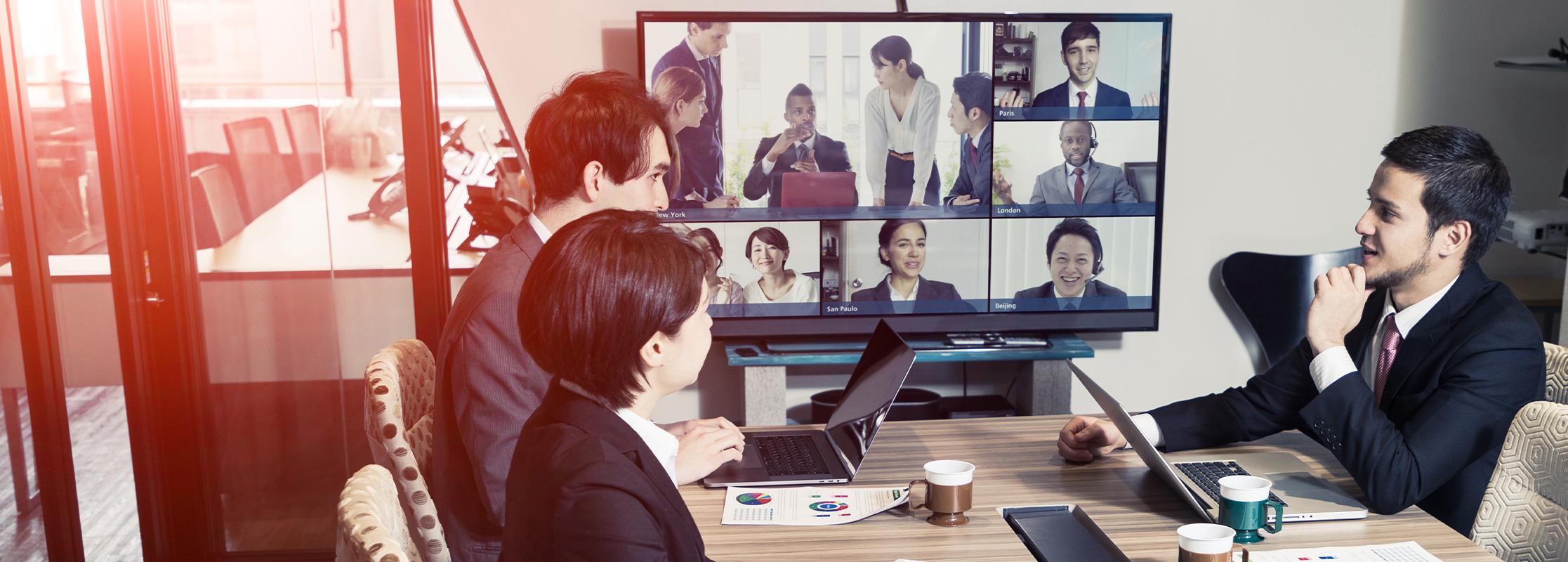 International Manager nehmen an einer Videokonferenz teil