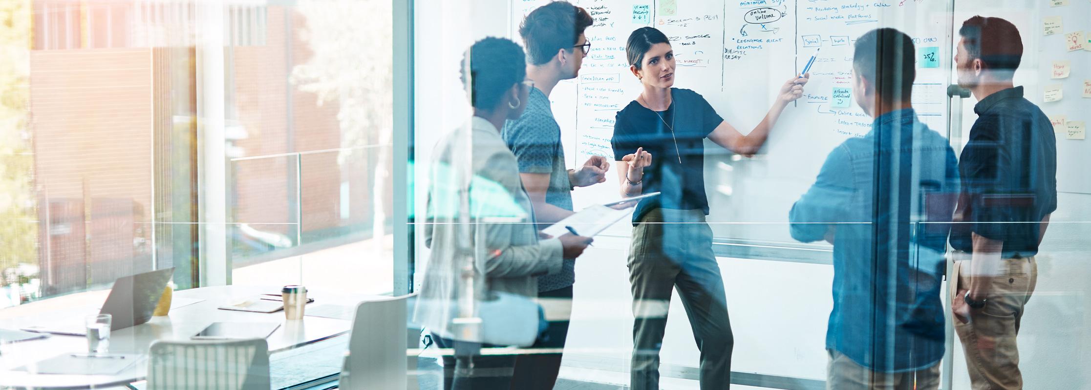 Projektmanager besprechen sich am Whiteboard